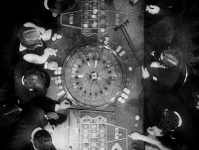 Ein Spieltisch mit Spielern und Croupiers aus der Vogelperspektive.