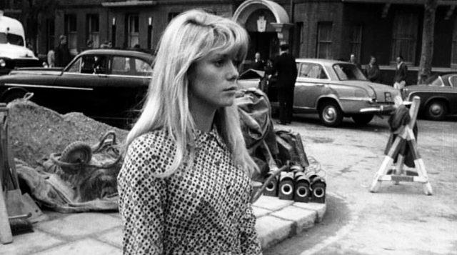 Carol Ledoux (gespielt von Catherine Deneuve) läuft an einer Baustelle in London vorbei