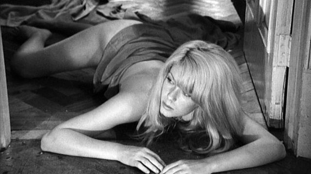 Carol Ledoux (gespielt von Catherinde Deneuve) liegt nackt auf dem Fußboden ihrer Wohnung, lediglich teilweise mit einem Tuch bedeckt