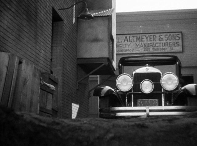 eine heranfahrende Limousine von unten gefilmt