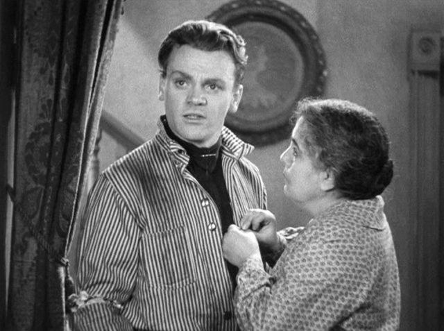 Tom Powers (gespielt von James Cagney) steht mit gestreiftem Hemd seiner Mutter (gespielt von Beryl Mercer) gegenüber, die ihre Hände an seinem Hemd hat und zu ihm aufblickt