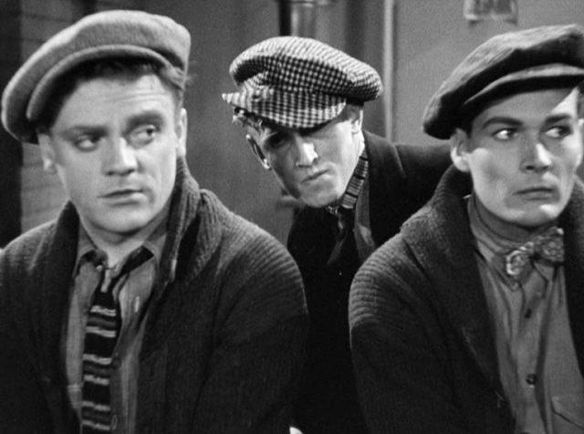 Tom Powers (gespielt von James Cagney) und Matt Doyle (gespielt von Edward Woods) wohnen im Beisein eines Dritten der Vorbereitung eines Coups bei