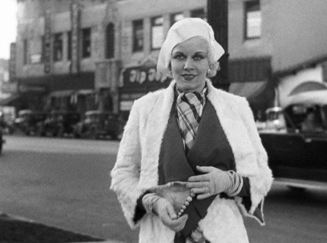 Jean Harlow als Gwen Allen am Rand einer befahrenen Innenstadtstraße