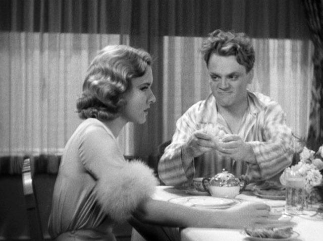 Kitty (gespielt von Mae Clark) und Tom Powers (gespielt von James Cagney) sitzen am Frühstückstisch