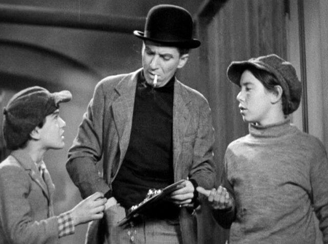 der Gangster Putty Nose (gespielt von Murray Kinnell betrachtet im Beisein zweier Kinder deren Diebesgut)