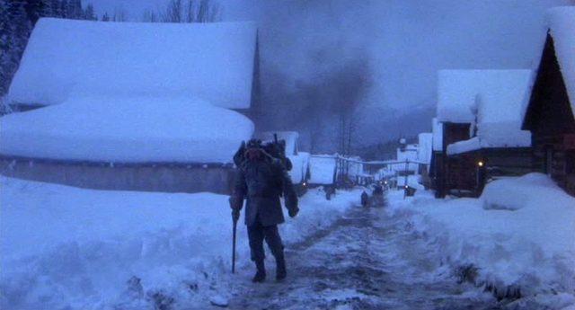 McCann in Winterkleidung auf dem Weg aus dem verschneiten Goldgräbernest