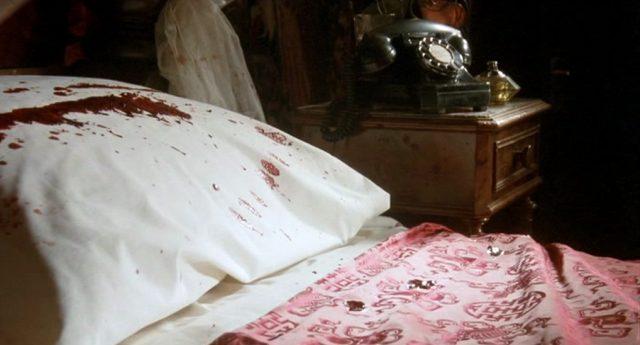 Blick auf McCanns Bett mit blutverschmiertem Kissen
