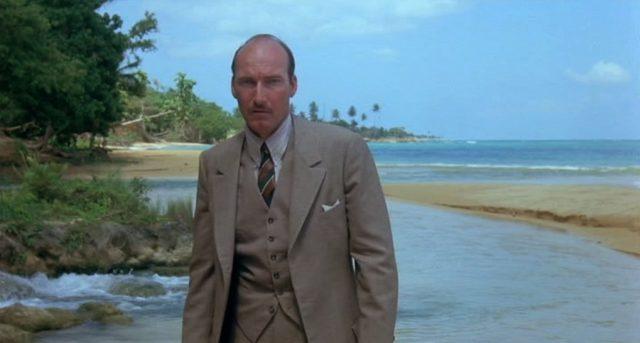 Ed Lauter als Charles Perkins vor idyllischer Szenerie am Strand