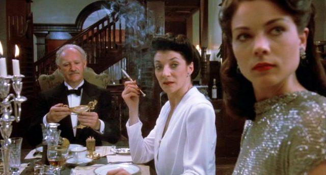 Jack, Helen und ihre Tochter Tracy McCann (gespielt von Gene Hackman, Jane Lapotaire und Theresa Russell) sitzen beim Essen am Tisch in der großen McCann-Ville