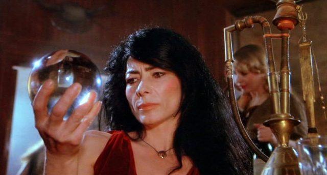 Die Seherin (gespielt von Helena Kallianiotes) blickt in ihre Glaskugel