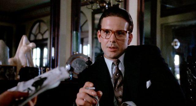 Mickey Rourke mit Brille und Zigarette als Anwalt Aurelio D'Amato in Mayakofskys Villa