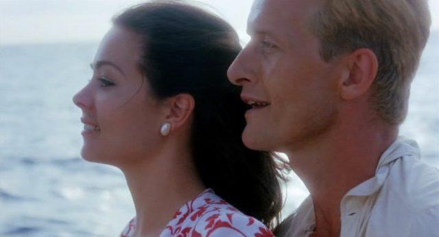 Close-up von Tracy und Claude VanHorn (gespielt von Theresa Russell und Rutger Hauer) in idyllischer Umgebung auf dem Meer