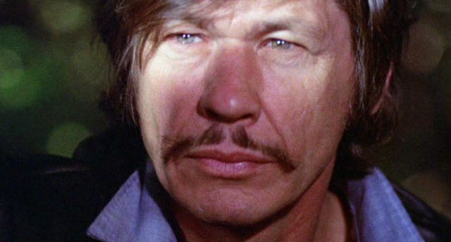 Nahaufnahme von Charles Bronsons Gesicht mit entschlossenem Blick