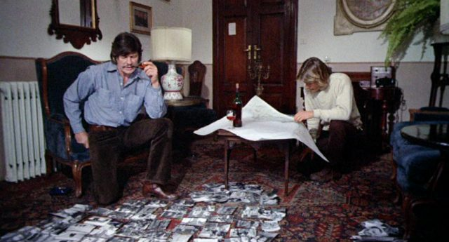 Arthur Bishop (gespielt von Charles Bronson) und Steve McKenna (gespielt von Jan-Michael Vincent) studieren in ihrem Hotelzimmer die Unterlagen für ihren nächsten Auftragsmord; auf dem Teppich sind sehr viele Fotografien ausgebreitet, Copyright: MGM