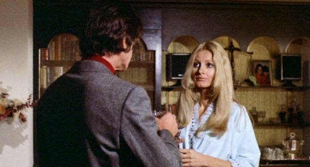 Jill Ireland als namenlose Prostituierte in ihrem Appartement, mit dem Rücken zur Kamera steht Arthur Bishop (gespielt von Charles Bronson)
