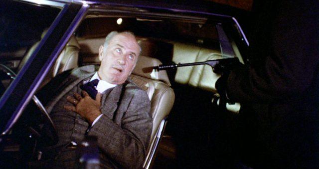 Keenan Wynn als Harry McKenna kurz vor dem tödlichen Herzinfarkt im Angesicht einer schallgedämpften Pistole
