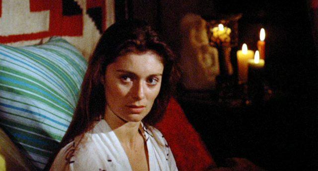 Nahaufnahme von Louise (gespielt von Linda Ridgeway) während ihres Selbstmordversuchs