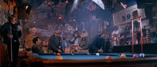 Die Gang in einer Spelunke mit Billardtisch.