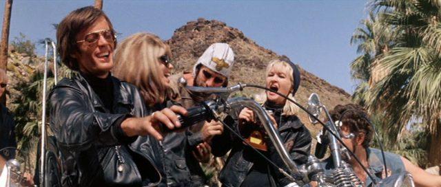 Lachende Gangmitglieder zwischen den Hügeln des Hinterlandes von Los Angeles.