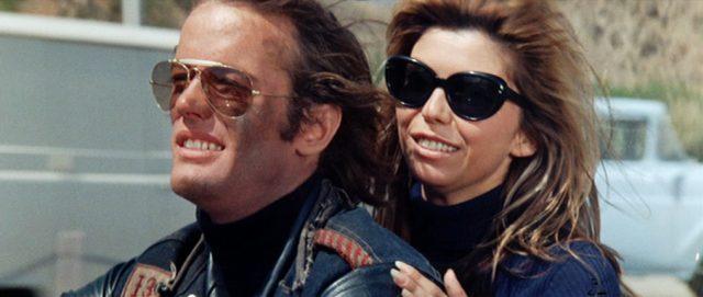 Nahaufnahme von Heavenly Blues (gespielt von Peter Fonda) und Monkey (gespielt von Nancy Sinatra) auf dem Motorrad.