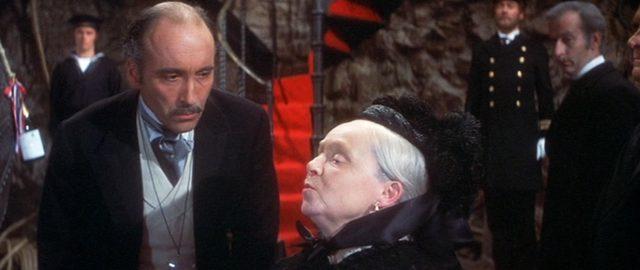 Mycroft Holmes (gespielt von Christopher Lee) im Gespräch mit Queen Victoria (gespielt von Mollie Maureen)., Copyright: Mirisch Prod., Phalanx Prod.