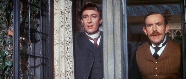 Sherlock Holmes (gespielt von Robert Stephens) und Dr. Watson (gespielt von Colin Blakely) blicken aus einem Fenster.