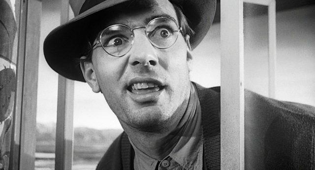 Nahaufnahme von Dennis Weaver als Motelmanager mit verrücktem Gesichtsausdruck.