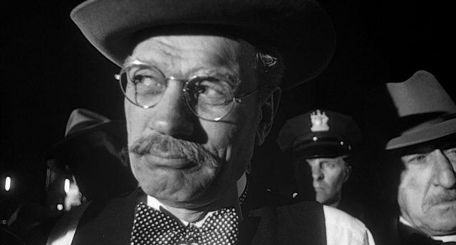 Joseph Cotton als Gerichtsmediziner mit Nickelbrille und Hut.