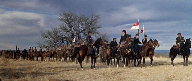 Ausgerückte Kavalleriekolonne in der weitläufigen Landschaft.