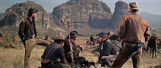 Dundee und einige seiner Soldaten auf Spurensuche in einem Canyon.