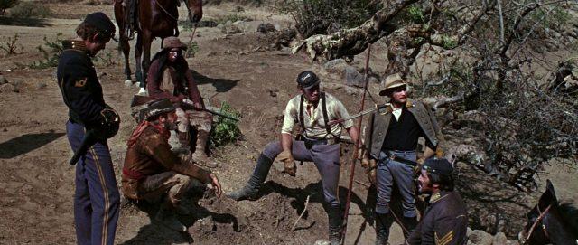 Dundee und einige seiner Männer bei der Spurensuche.