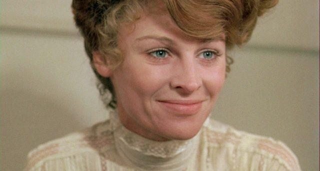 Nahaufnahme von Julie Christie als leicht lächelnde Marian Maudsley.