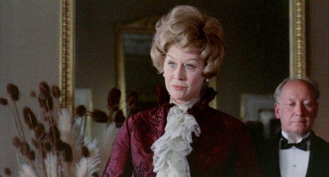 Nahaufnahme von Margaret Leighton als Mrs. Maudsley.