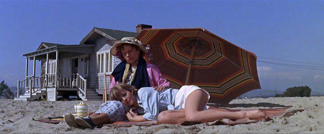 Daiys (gespielt von Natalie Wood) liegt mit ihrer Mutter (gespielt von Ruth Gordon) im Sand vor ihrem Strandhaus.