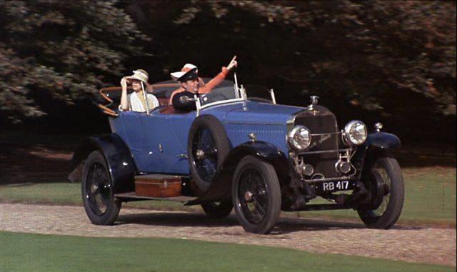 Die beiden Brangwen-Schwestern werden im luxuriösen Cabriolet chauffiert.
