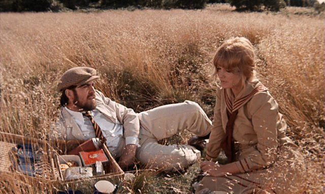 Rupert und Ursula beim Picknick in freier Natur.