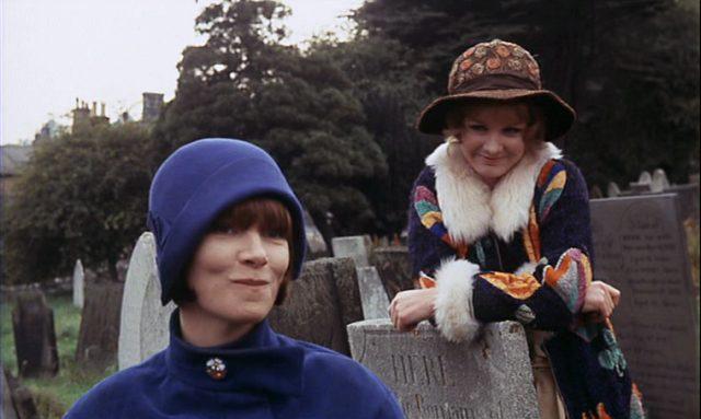 Gudrun Brangwen, gespielt von Glenda Jackson, und Ursula Brangwen, gespielt von Jennie Linden, auf einem Friedhof zwischen Grabsteinen.