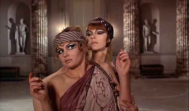 Die beiden Brangwen-Schwestern in exzentrischen Kostümen im modischen Stil der 1920er Jahre.