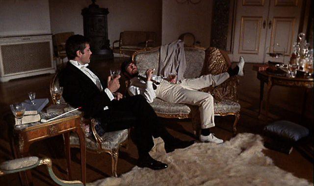Gerald und Rupert ruhen lässig im Wohnzimmer.