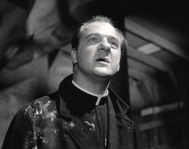 Nahaufnahme von Karl Malden als Pfarrer Barry.
