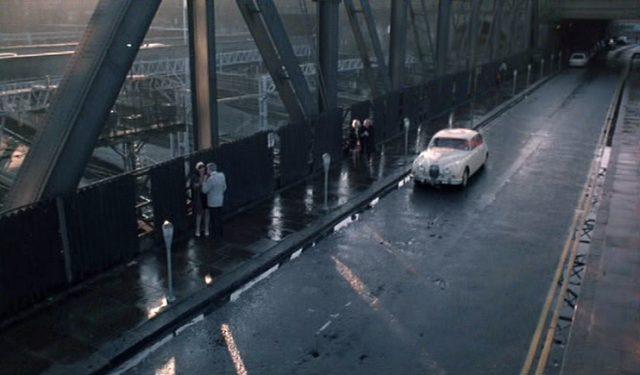 Blick von schräg oben auf eine regennasse Brücke als Straßenstrich, auf dem Prostituierte auf Kunden warten.