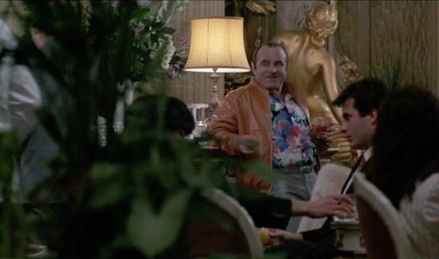 George wartet im Hawaiihemd in der Hotellobby.