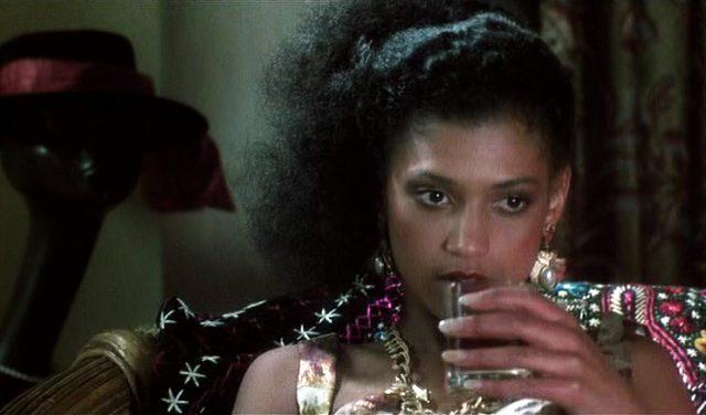 Nahaufnahme von Cathy Tyson als Prostituierte Simone.