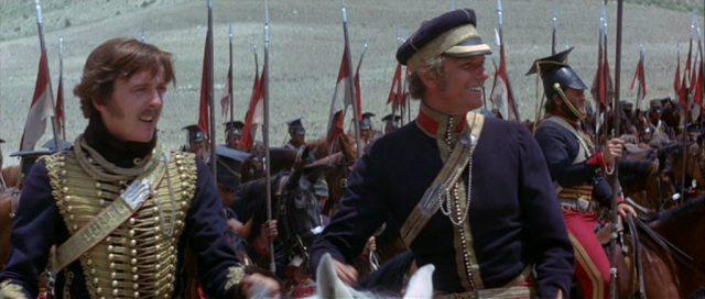 Zwei britische Offiziere mit gut gelaunter Miene im Beisein ihrer Truppen kurz vor der Schlacht.