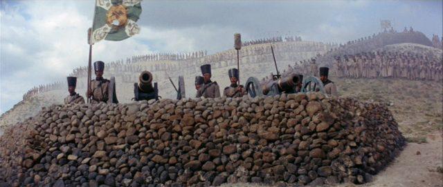 Blick auf eine türkische Geschützstellung hinter einer Mauer.