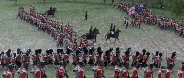 Infanteristen marschieren in geordneten Reihen ins Gefecht.