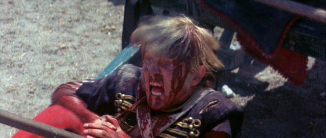 Nahaufnahme eines britischen Soldaten mit blutverschmiertem und schmerzverzerrtem Gesicht.