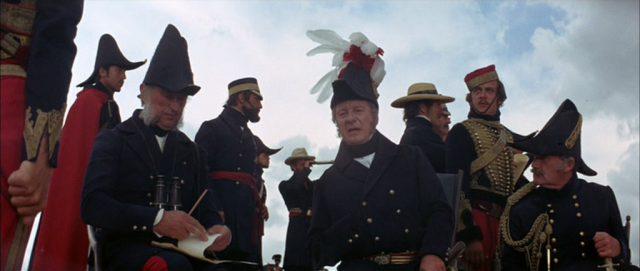 Eine Gruppe britischer Offiziere am Rande des Schlachtfeldes, in der Mitte John Gielgud als Lord Raglan.