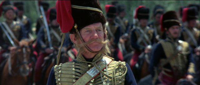 Nahaufnahme von Trevor Howard als Lord Cardigan in Uniform.