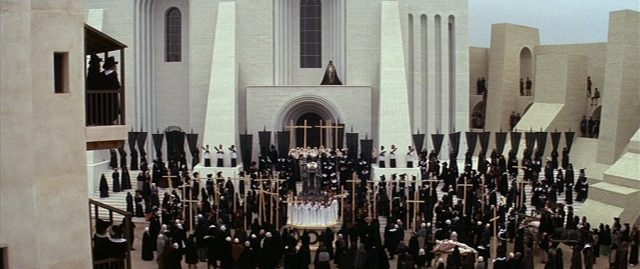 Blick auf eine Trauer-Zeremonie innerhalb der riesigen Stadtmauern von Loudun.